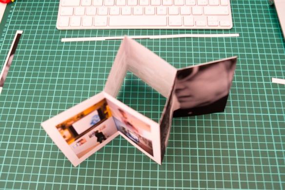 piegare lasciando le immagini all'esterno - Fold the sheet with the images outside