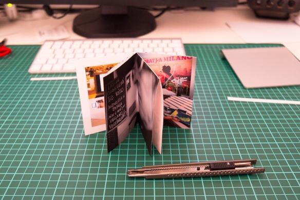 Piegare il libro nella sua forma finale. Crease the book into its final shape